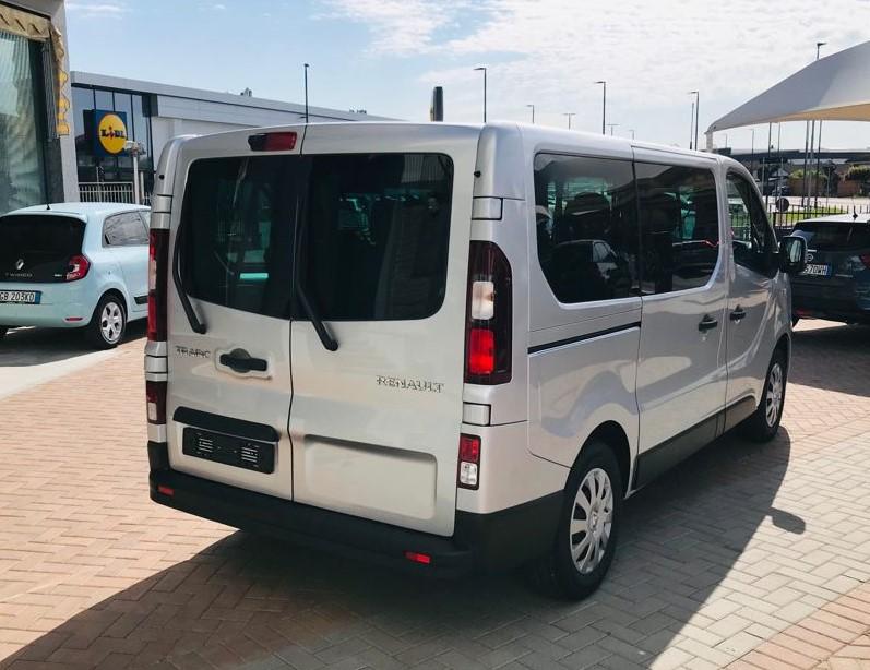 Renault Trafic 7 Posti a Noleggio esterno 4