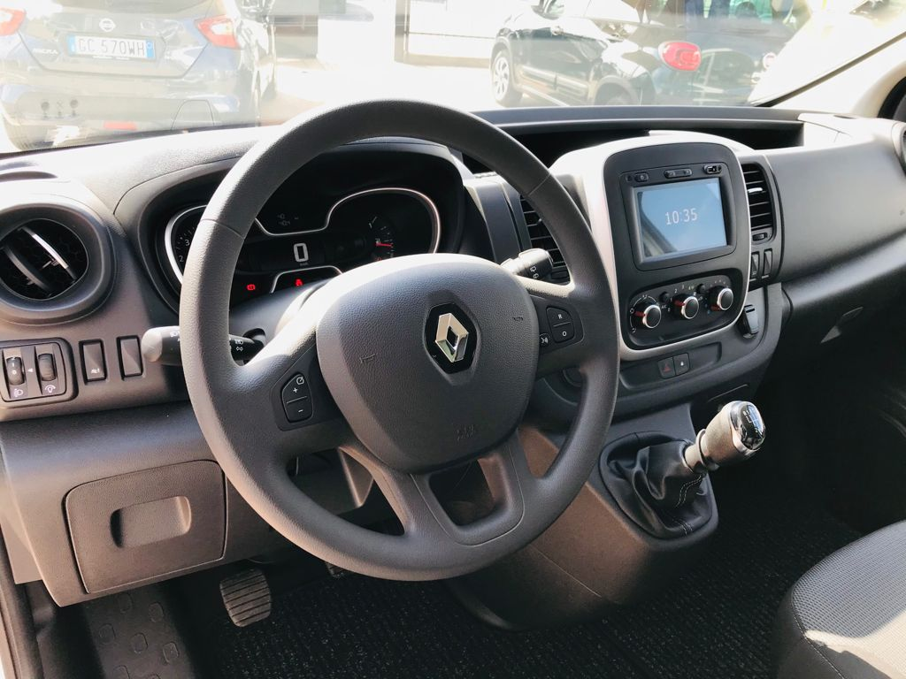 Renault Trafic 7 Posti a Noleggio interni 1